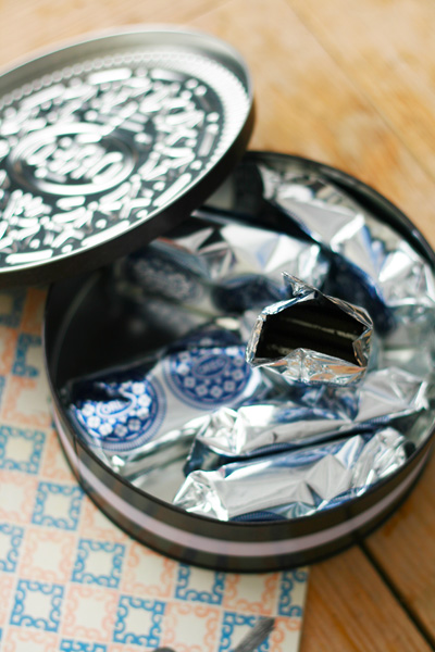 Oreo shaped biscuit tin with Oreo cookies