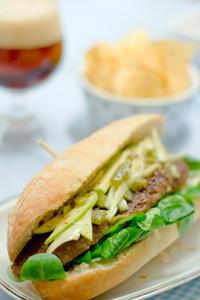 Broodje hamburger met venkelsalsa en chips