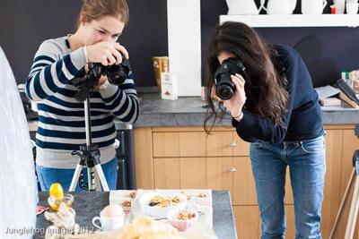 Iannan van Beginspiration en ik tijdens het fotograferen van ons ontbijt tijdens de workshop foodstyling en foodfotografie.