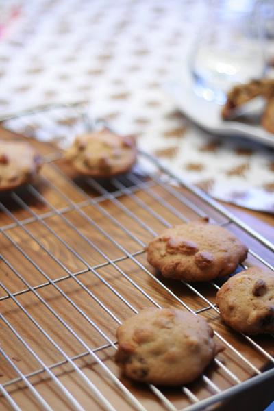Cranberry chocolate chip cookies op een rooster