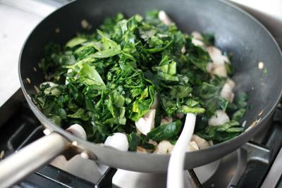 Kip champignonmengsel bakken op het fornuis