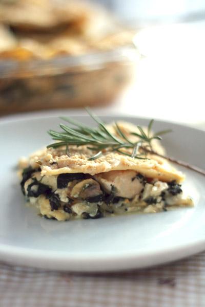 Bord met kip rozemarijn lasagne