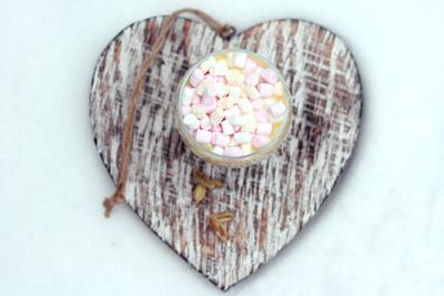 Glas met witte chocolademelk met kardemom en marshmallows