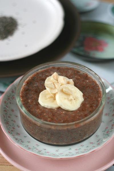 Chocolade chia pudding met banaan en hazelnoten