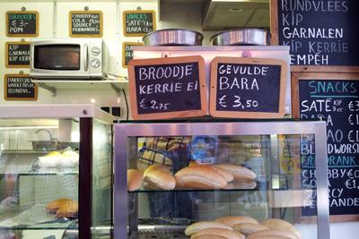 Kijkje in Surinaamse eetwagen met allerlei broodjes