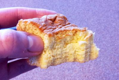 Een hand met een stukje cake