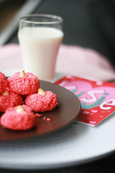 Schaaltje met roze kokoskoekjes
