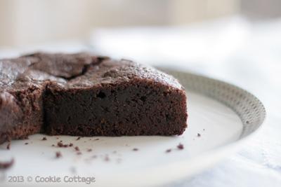 Zweedse chocoladecake op een bord