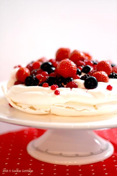 Pavlova schuimtaart met rood fruit