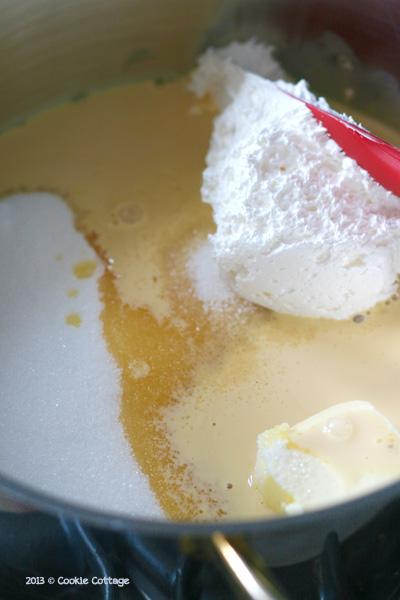Pan met alle ingrediënten om fudge te maken