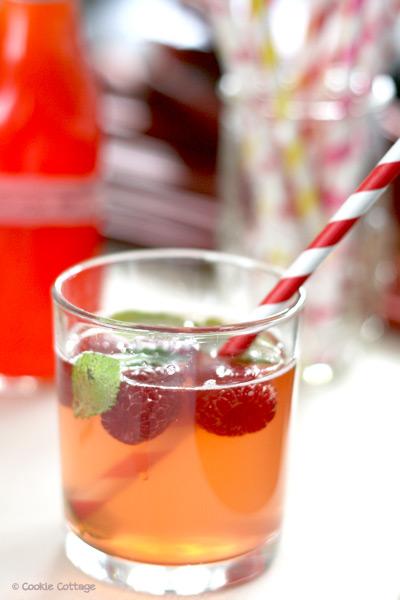 Limonade van rabarber-aardbeiensiroop