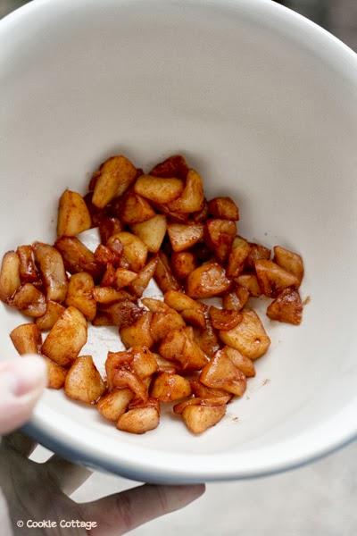 glutenvrije appel-kaneel muffins maken - hier in een schaal gekarameliseerde stukjes appel