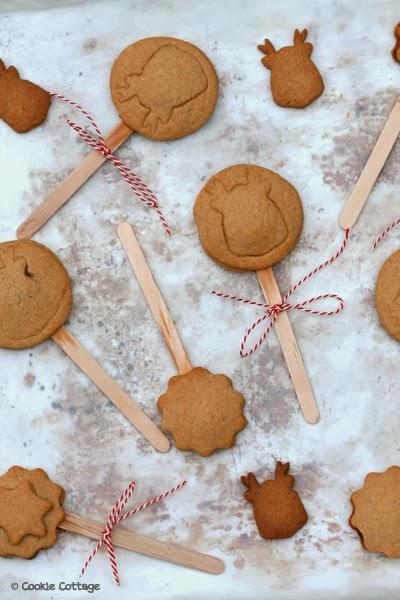 bakblik met gebakken koekjes met de afdruk van een rendier