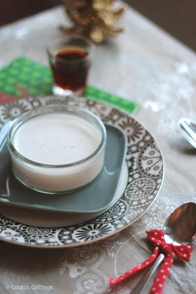 kerstbord met daarop een schaaltje met kokos panna cotta