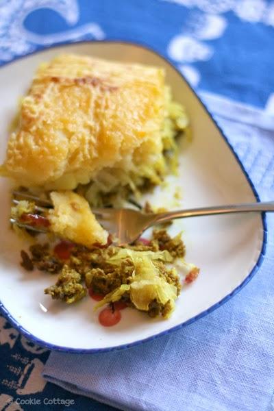 Bordje met Zuurkool ovenschotel met gehakt, aardappels, kerrie en fruit