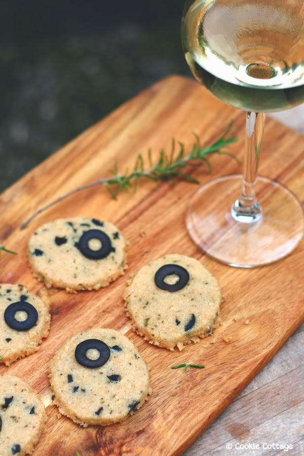 Glutenvrije kaaskoekjes met rozemarijn en zwarte olijven
