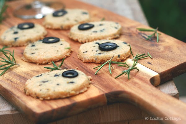 Kaaskoekjes met rozemarijn en zwarte olijven (glutenvrij)