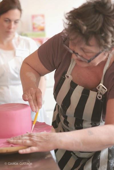Diana laat zien hoe je een cake met fondant bekleedt