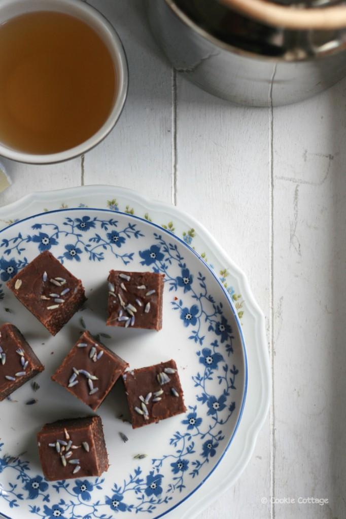 chocolade lavendelfudge en een kopje thee van the english tea shop - calming blend smaak