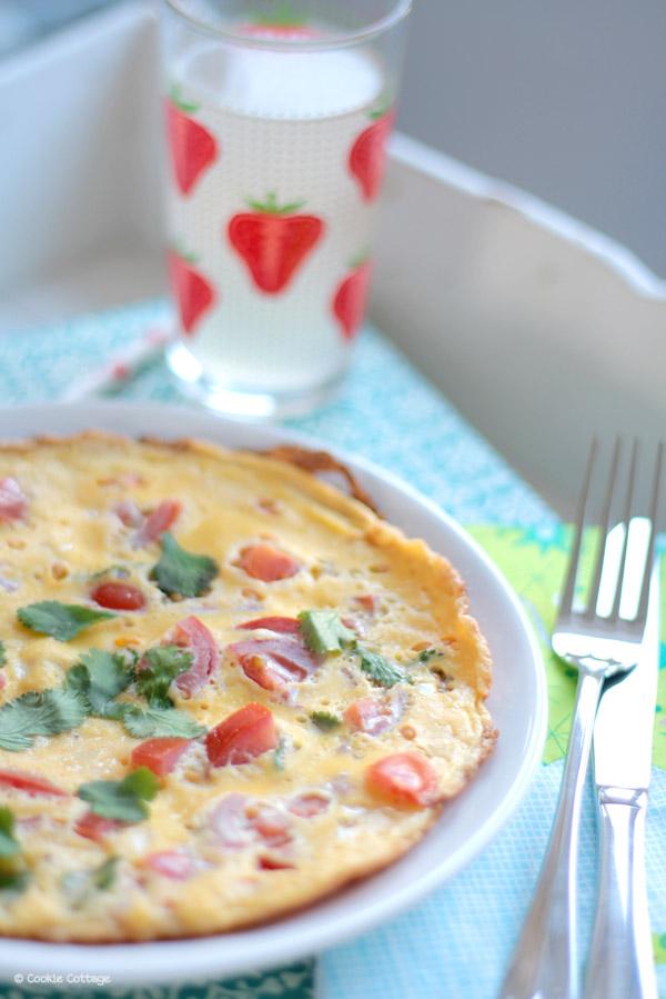 Omelet met tomaat, rode ui en verse koriander