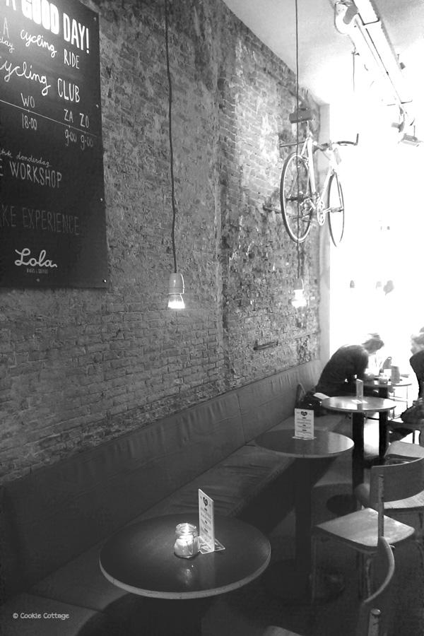 Rustieke muur met bakstenen bij Bikes & Coffee