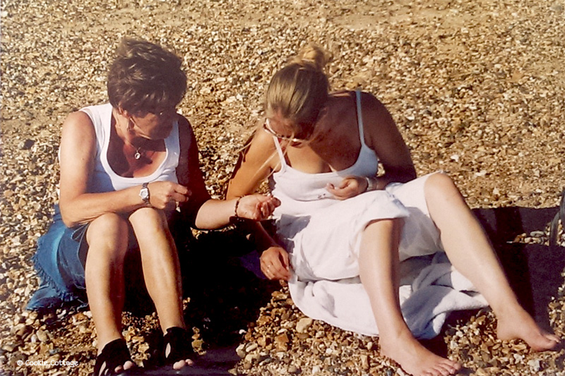 Samen schelpen zoeken op het strand in Portsmouth Engeland.