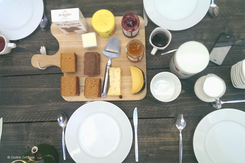 Ontbijt met vers afgbakken broodjes bij boutique hostel Hello I'm local in Haarlem