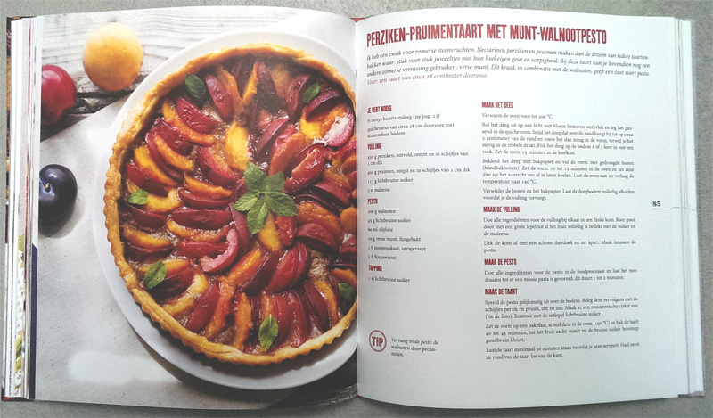 perziken-pruimentaart met munt-walnotenpesto uit a year of pies van ashley english