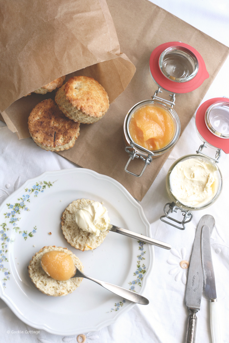 Engelse scones met clotted cream en grapefruit curd