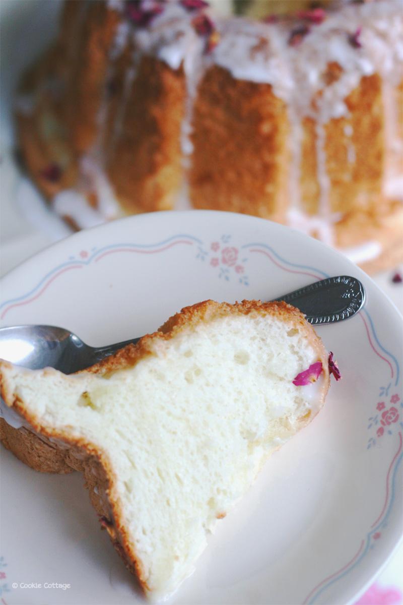 Plakje van een Angel food cake met rozenwater